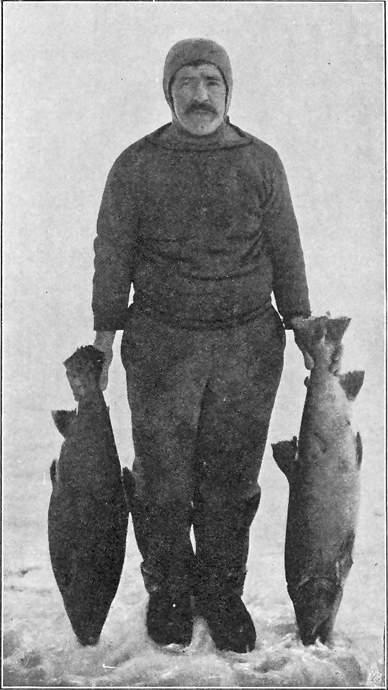 ADOLF LINDSTRØM MED PRØVER AV FISKEN PAA KONG WILLIAMS LAND. HØSTEN 1904.