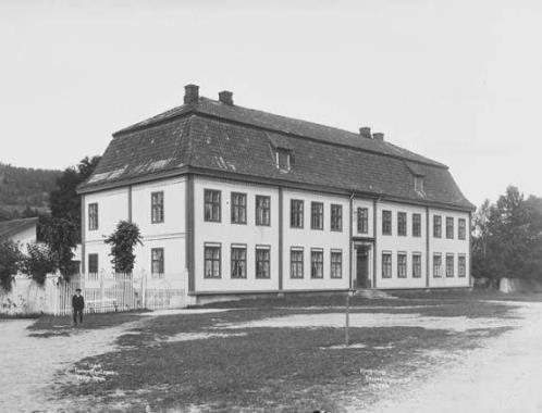 Bergseminaret på Kongsberg, oppført 1786. Fotografi av Anders Beer Wilse, 1903, eies av Norsk folkemuseeum
