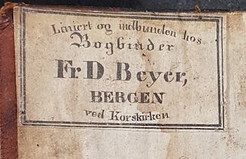 Bokbinderetikett limt inn på innsiden av forpermen. Bundet av Fr. D. Beyer, Bergen