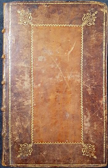 Normal dekor på brunt skinnbind med lysebrunt speil to enkle ornamenterte gullrammer på permen og hjørnestempler