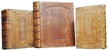 Speilbind fra 1700-tallet, en kombinasjon av blindtrykk, gulltrykk, marmorering og sprenging, bestående av to eller flere pregete rammer utenpå hverandre, der feltet mellom rammene ofte fikk en sprengt dekor som regel i en annen farge enn resten av bindet