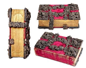 Beslag og bokspenner i sølvfiligran på rød fløyel